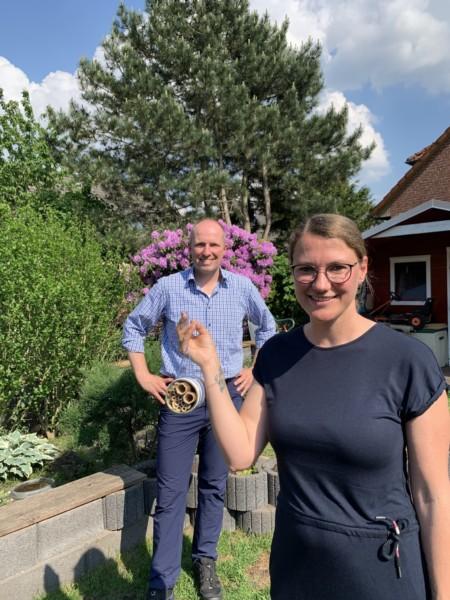 Stephanie Friedrichsen und Tobias Handtke mit dem Insektenhotel