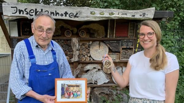 Karl-Heinz Möller und Stephanie Friedrichsen vor dem Insektenhotel an der Oberschule Neu Wulmstorf