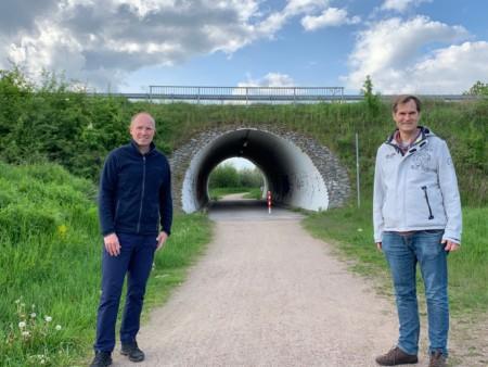 Tobias Handtke & Jürgen Waszkewitz vor der Moorröhre