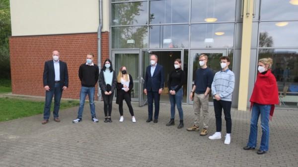 6er Rat des Gymnasiums Neu Wulmstorf mit Tobias Handkte (l.), Stephan Weil (m.), Svenja Stadler (r.)