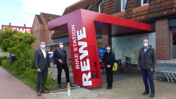 REWE MARKT - Matthias Nienke Expansionsmanager (Rewe Markt GmbH), Thomas Grambow, Alexandra Merten (acollage. architektur und urbanisitik), Tobias Handkte (von links nach rechts)