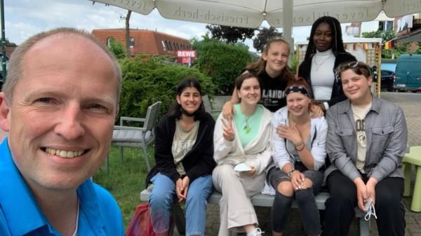 Tobias Handtke im Gespräch mit Schülerinnen und Schülern des 9. Jahrgangs der Oberschule Neu Wulmstorf
